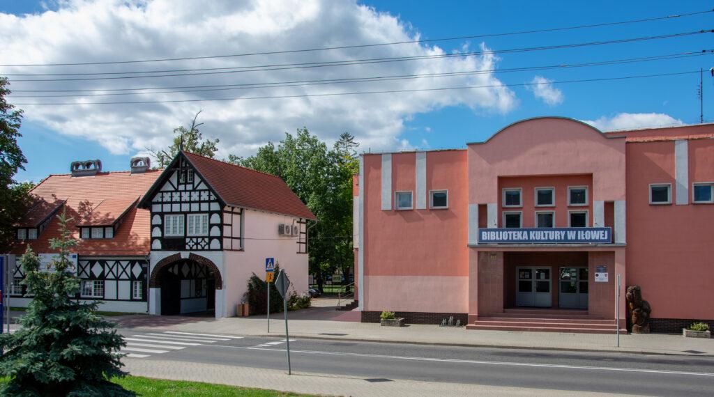 Archiwalny budynek Biblioteki Kultury w Iłowej znajdował się przy ulicy. Miał kształt prostokąta i był koloru różowego