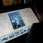 Kobieta widzi na ekranie zdjęcia archiwalne.