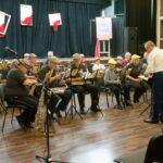 Grupa muzyków z orkiestry dętej na scenie