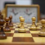 Chłopiec z nauczycielem podczas rozgrywki w szachy