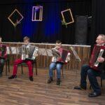 Na zdjęciach grupa młodych akoreonistów, występ zespołu rokowego, zajęcia terapeutyczne oraz lekcja gry na pianinie