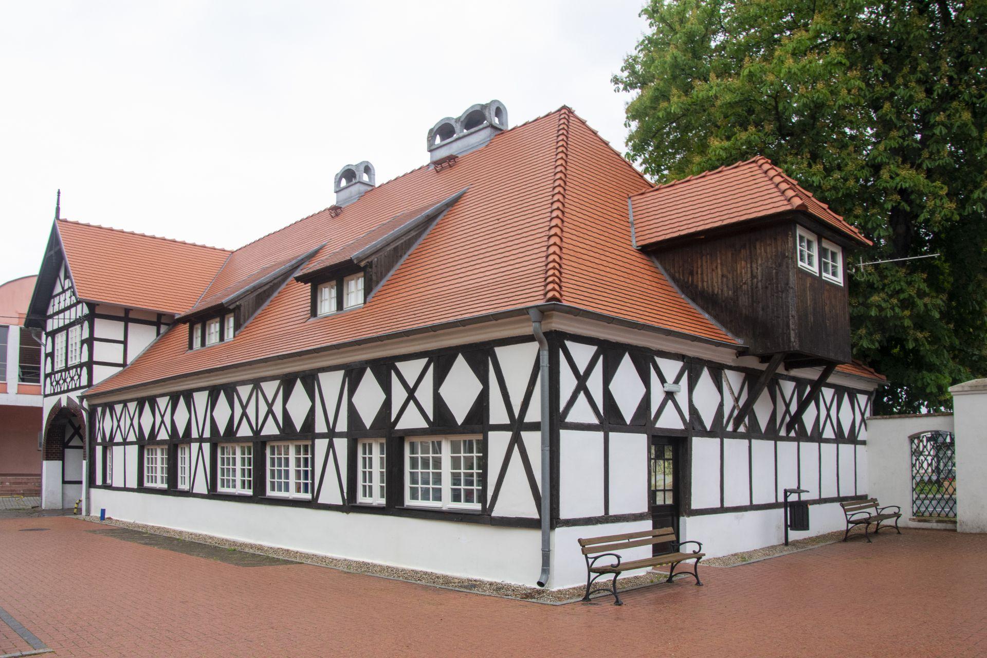 Wyremontowany budynek Biblioteki Kultury w Iłowej. Skośny, ceglany dach , szachulcowa budowla